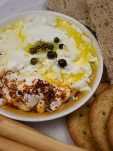 garlic labneh recipe with olive oil and black peppercorn